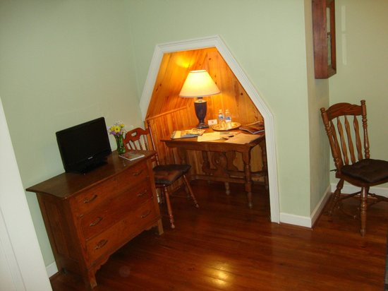 27 State Street Bed and Breakfast: Small television and desk alcove.