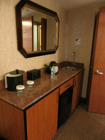Embassy Suites Anaheim - South: Convenience bar in room