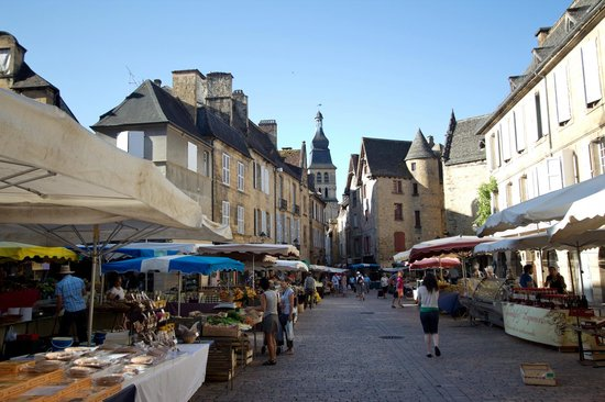 Les Cordeliers Bed and Breakfast: Market day in Sarlat
