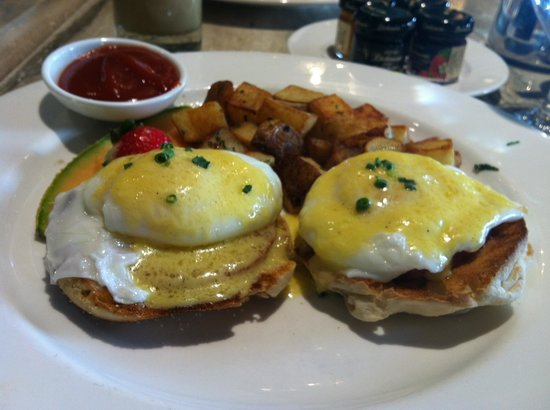 Loews Madison Hotel: Egg benedict at hotel lounge