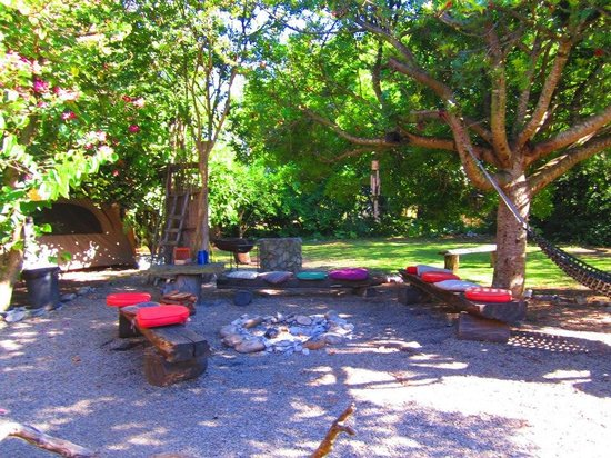 Dijembe Backpackers Hostel: The firepit area, always looming with conversation in the evenings