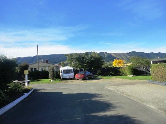 Richmond Motel & Top 10 Holiday Park: view of site 3 from kitchen area