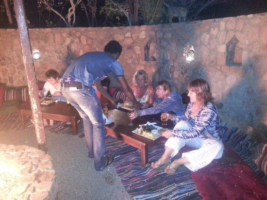 The Bedouin Moon Hotel: A great meal around a fire pit, very comfortable & charismatic