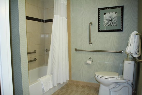 Hilton Springfield: Shower/bathroom