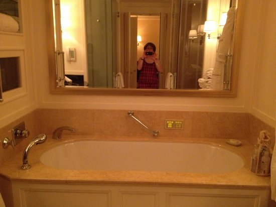 The Peninsula Chicago: Soaking tub in our room