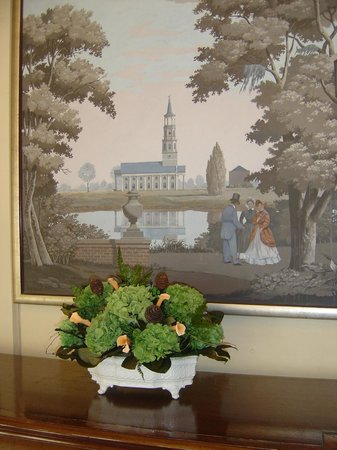 ‪‪Francis Marion Hotel‬: picture and real! flowers in lobby‬