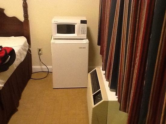 Foxborough Inn &amp; Suites: your refrigerator/microwave