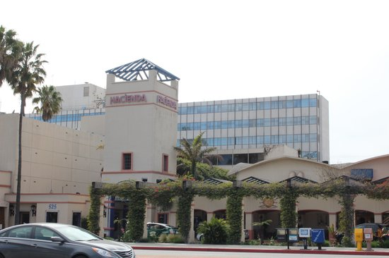 Hacienda Hotel Lax Airport: Photo taken from across the street