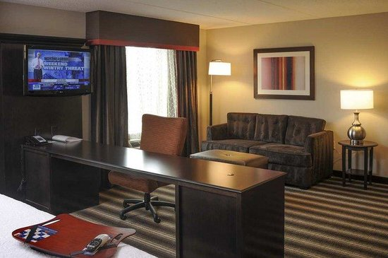 Neptune, NJ: King Suite Desk Area