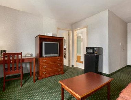 Howard Johnson East Syracuse: King Suite
