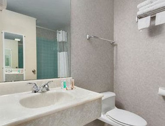 Howard Johnson East Syracuse: Bathroom