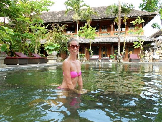 Puri Garden Hotel &amp; Restaurant: Kelly in the Pool!