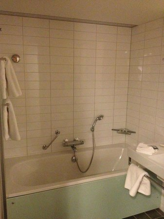 Hilton Helsinki Airport: Bathroom and tub