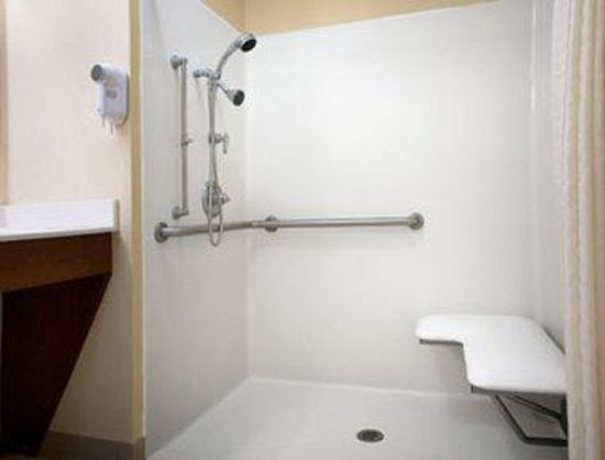 Baymont Inn & Suites Grenada: Accessible Bathroom