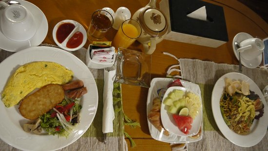 The Kuta Playa Hotel and Villas: Continetal + Stir-fried noodles breakfast sets