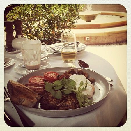 Tower Lodge - Relais & Chateaux: Breakfast by the Fountain