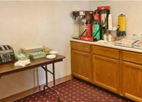 Americas Best Value Inn Champaign: Breakfast Area