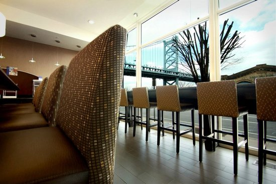 Holiday Inn Express Philadelphia E - Penns Landing: Breakfast Area with View of Ben Franklin Bridge