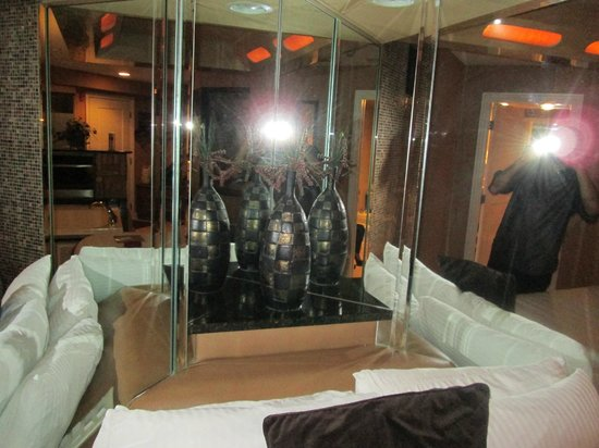 Champagne Lodge and Luxury Suites: Mirrors