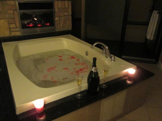 Champagne Lodge and Luxury Suites: Whirl Pool Tub