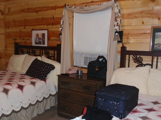Pinewood Cabins: Hootenanny Cabin bedroom