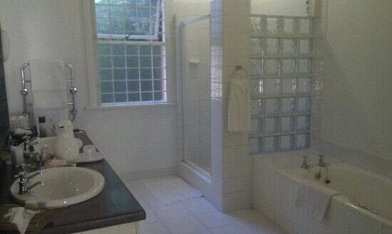 Essenwood House: Bathroom at the Garden room.