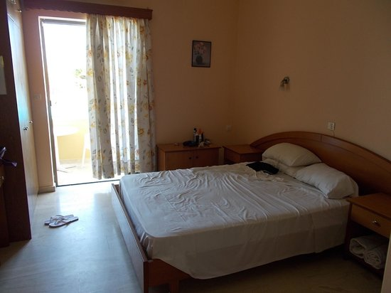 Garnavos/Paradise Apartments: ground floor double room - stayed nice and cool all day