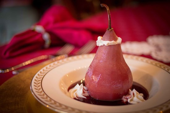 Dundee, Nueva York: Red Wine Poached Pear with House-made Mascarpone