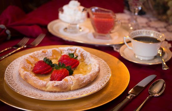 Dundee, Nueva York: Dutch Baby Pancakes with Fresh Strawberries