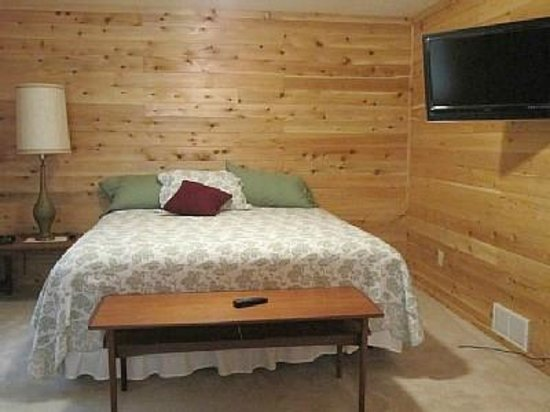 Hillman, MI: Fairway Cabin Bedroom