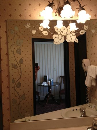 Bill's Gamblin' Hall & Saloon: Nice old style lamps at bathroom sink