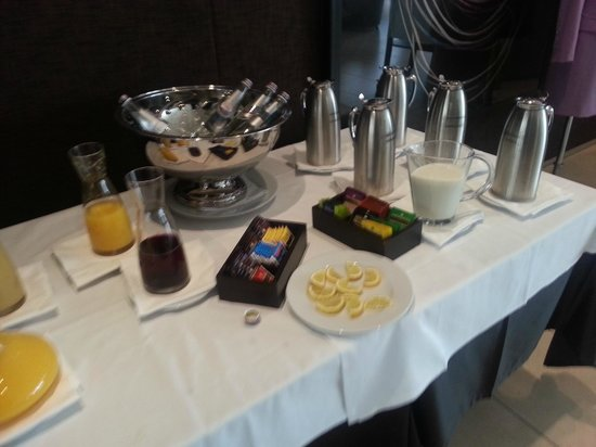 AC Hotel Bologna by Marriott: Succhi a colazione