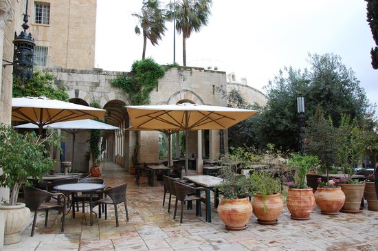 Jerusalem International YMCA, Three Arches Hotel: tables outside