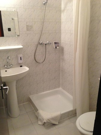‪‪King's Hotel‬: En suite shower room‬