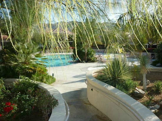 Miracle Springs Hotel and Spa: South access to pool area