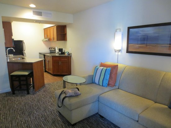 HYATT house Scottsdale/Old Town: Living Room and Kitchen