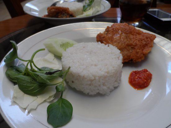 Hotel Poncowinatan: 'Standard issue' breakfast which I enjoyed..