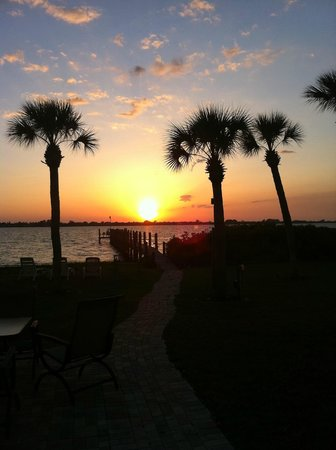 Englewood Lighthouse Resort: Sunset over Lemon Bay from Englewood Lighthouse