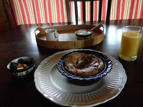 Howlers Inn Bed &amp; Breakfast and Wolf Sanctuary: Beautiful breakfast