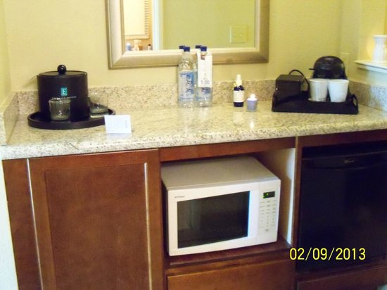 Embassy Suites Tampa - Downtown Convention Center: Kitchenette