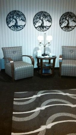 Hilton Garden Inn Napa: sitting area outside elevator -- very nice