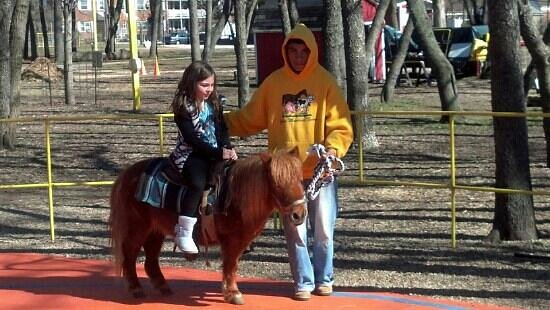 Floral Park, Nowy Jork: $3 pony rides.