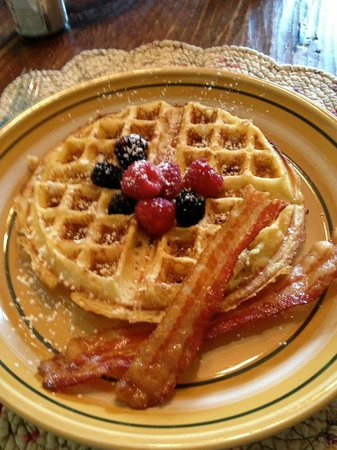Long Mountain Lodge: Dianne's lighter than air signature waffles