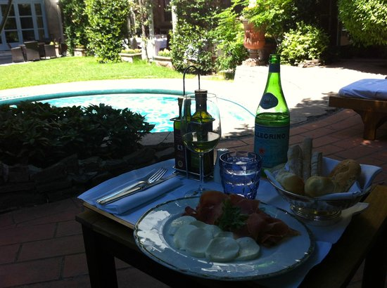 Grand Hotel Villa Medici: Lunch by the pool - cold wine and a plate of prosciutto and mozzarella.  Perfect!