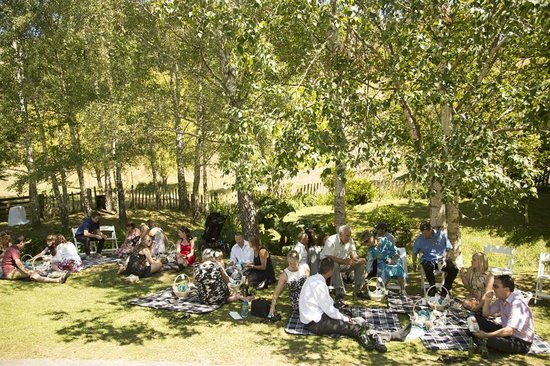 Retiro Park Lodge: Wedding Guests enjoying the gardens 1