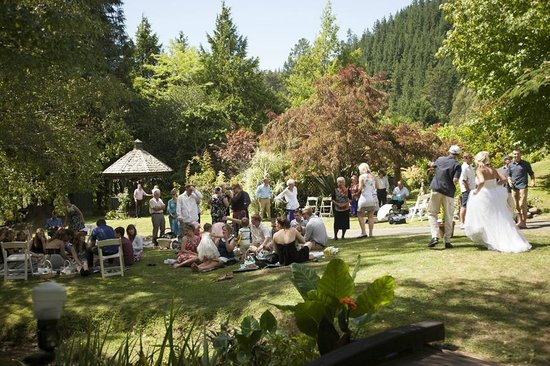 Retiro Park Lodge: Wedding Guests enjoying the gardens 2