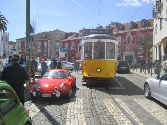 le tram 28 sa conductrice et un stationnement g nant picture of lisbon lisbon district. Black Bedroom Furniture Sets. Home Design Ideas