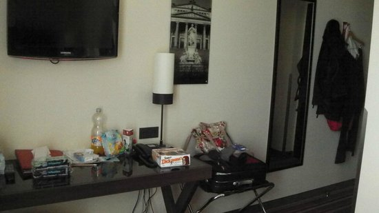 Leonardo Hotel Berlin: desk and TV