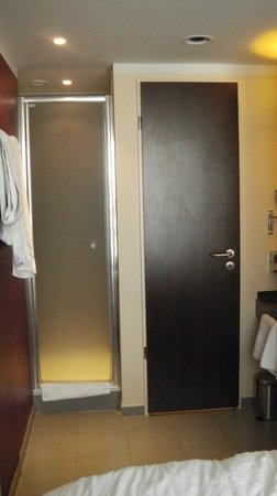 Leonardo Hotel Berlin: shower on left, loo on right. No problem!