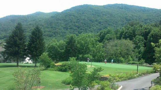 Maggie Valley Club & Resort: Beautiful view of Great Smoky Mountains from Pin High Bar & Grill at Maggie Valley Club!